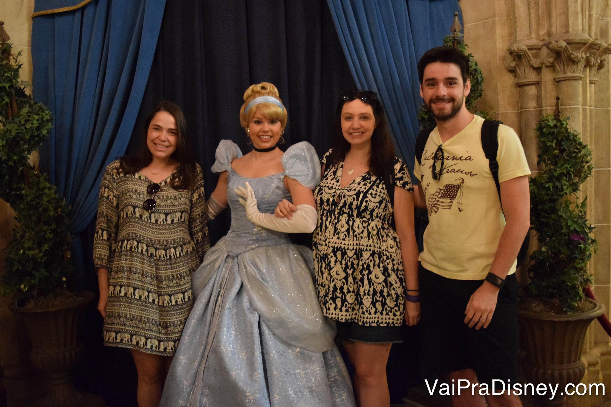 Todo mundo que vai ao Cinderella's Royal Table garante sua foto com a anfitriã! :)