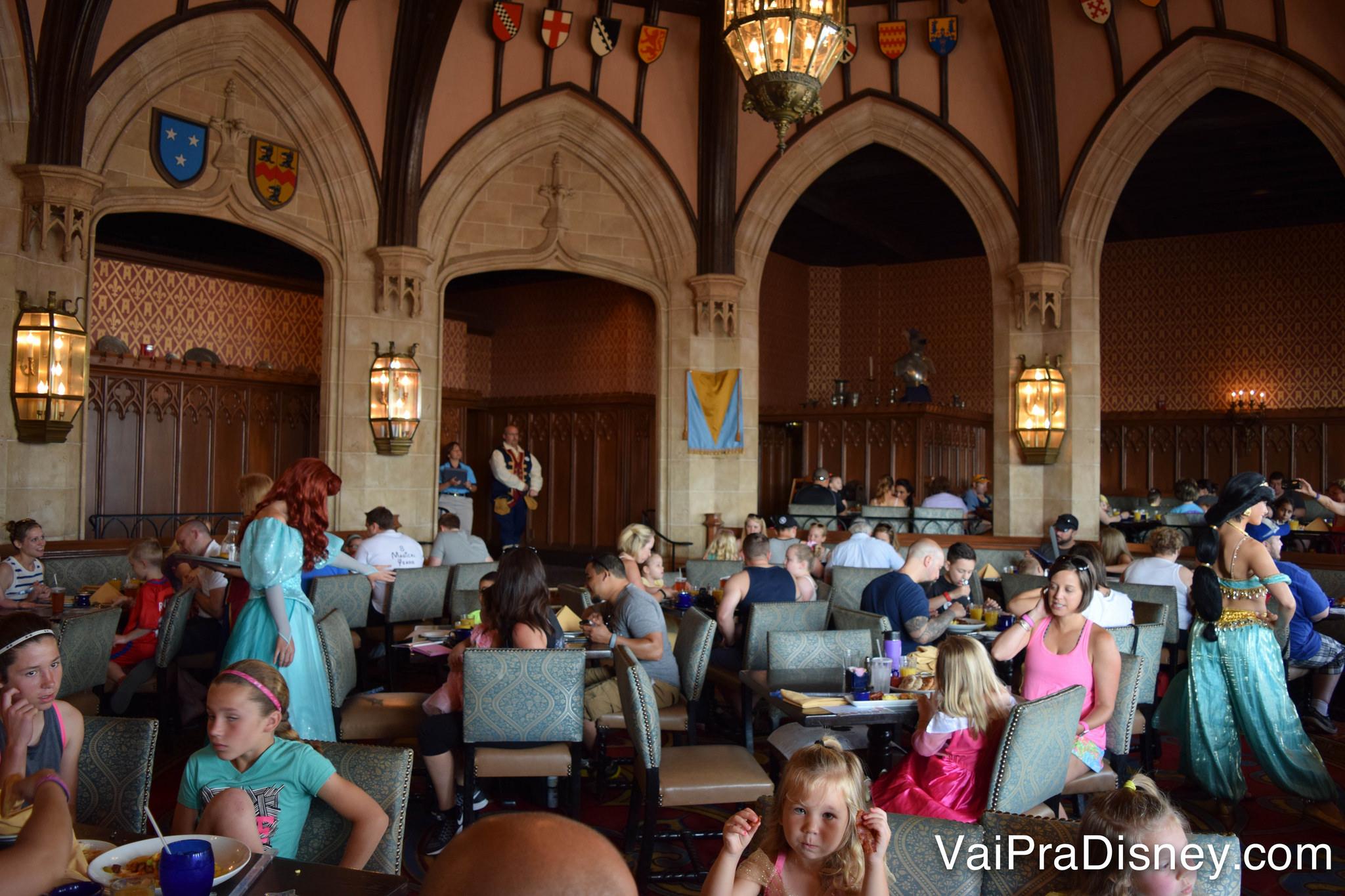 Nessa foto dá pra ver a Ariel e a Jasmine passando pelas mesas