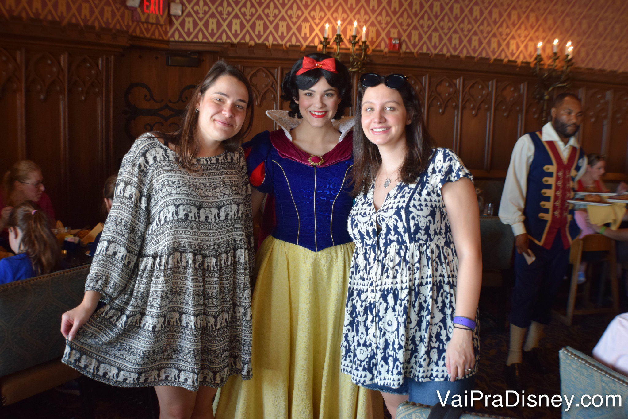 Encontramos no Cinderella's Royal Table a Branca de Neve, Jasmine, Aurora e Ariel. Obs: só a Bia quer ser princesa segurando o vestidinho, né? :D