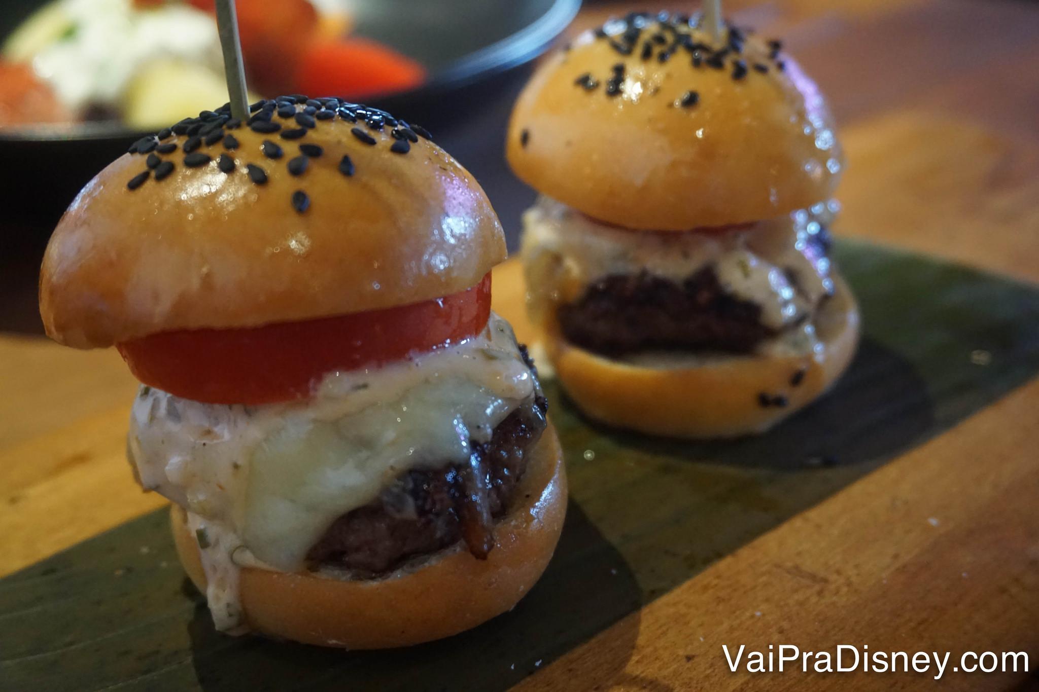 Foto de dois mini cheeseburgers servidos no almoço