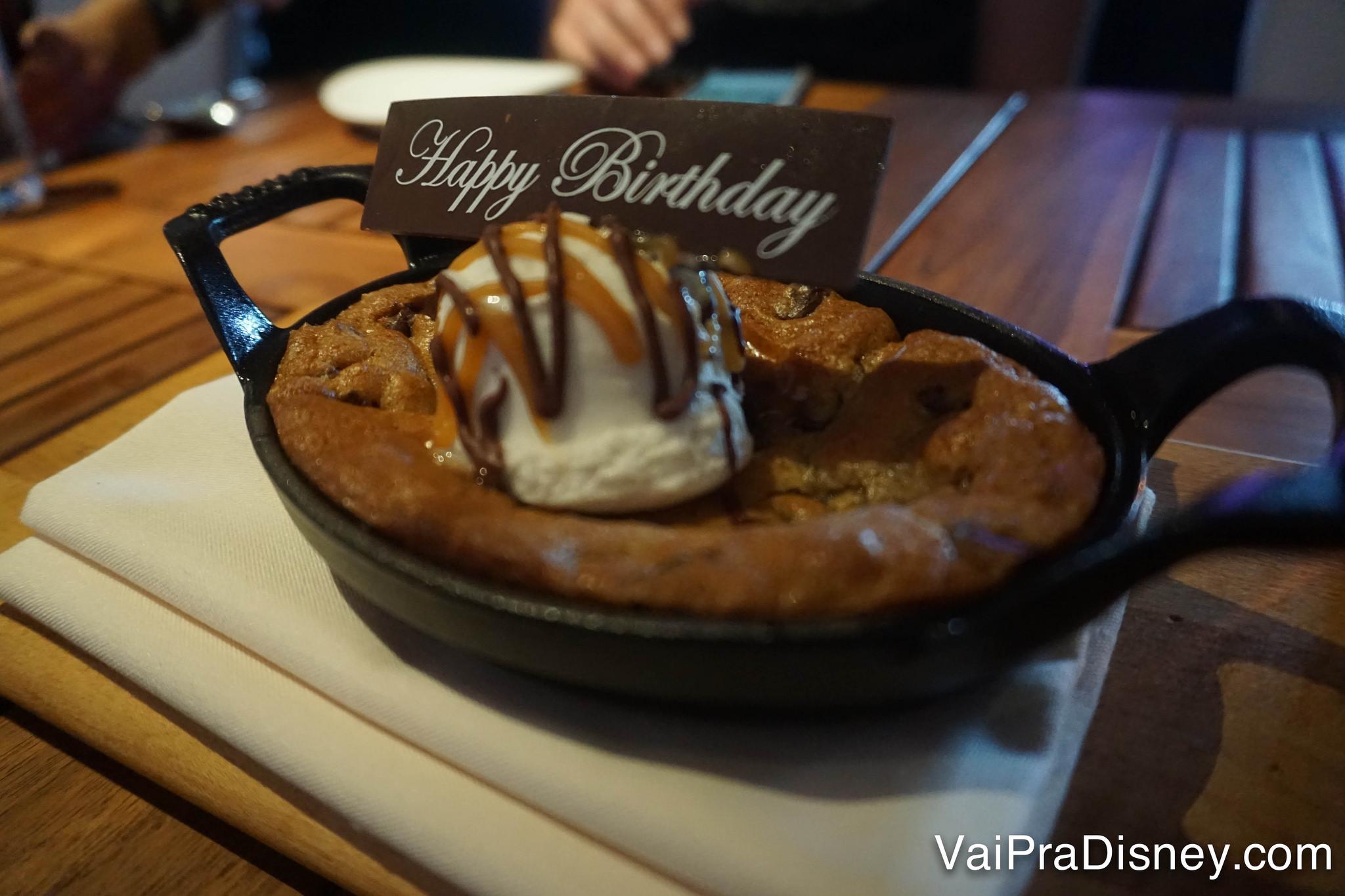 A sobremesa, um cookie que vem em uma panelinha com uma bola de sorvete em cima
