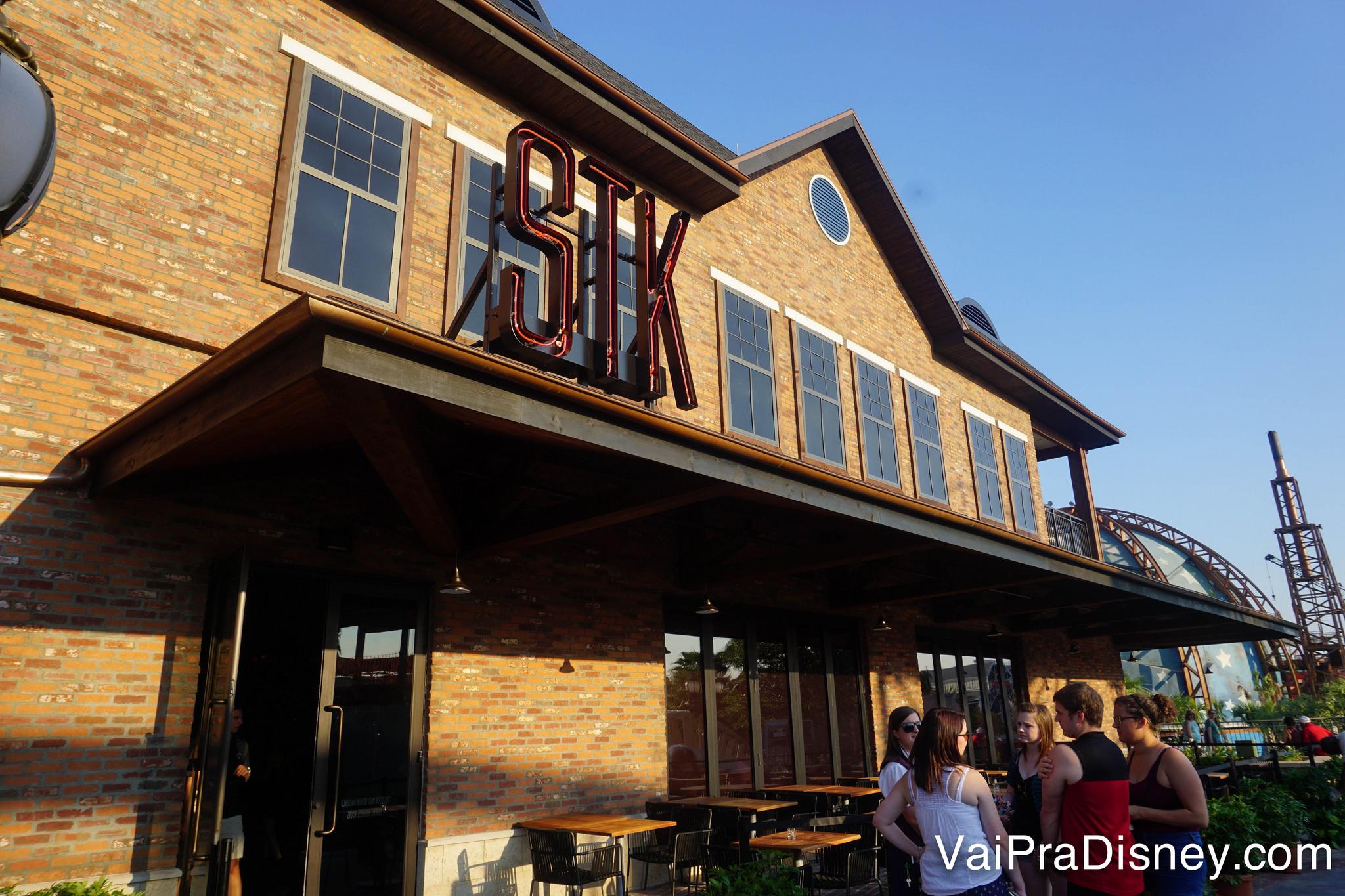 Foto da fachada de tijolos à vista do STK, a steakhouse de Disney Springs em Orlando