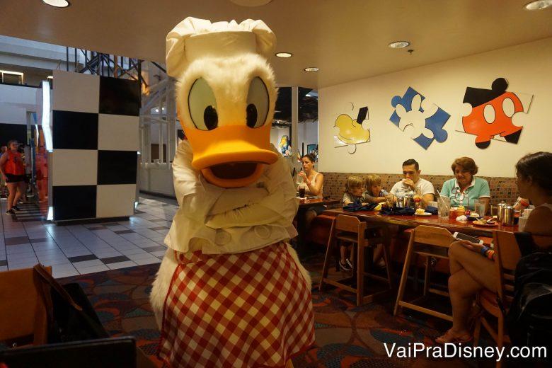 Foto do Donald vestido de chef, com  chapéu e um avental xadrez vermelho e branco.
