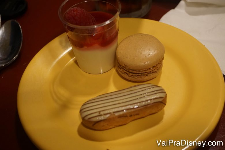 Foto de algumas sobremesas em um prato amarelo