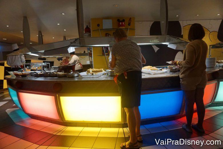 Foto da área do buffet do Chef Mickey's
