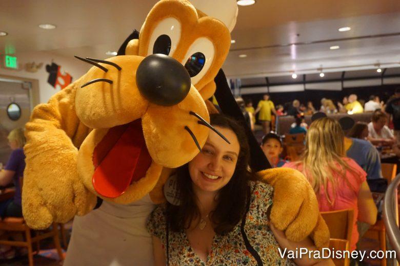 Foto da Renata abraçada com o Pluto, de avental e chapéu de chef