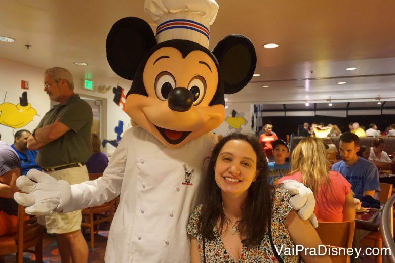 Foto da Renata com o Mickey vestido de chef no Chef Mickey's
