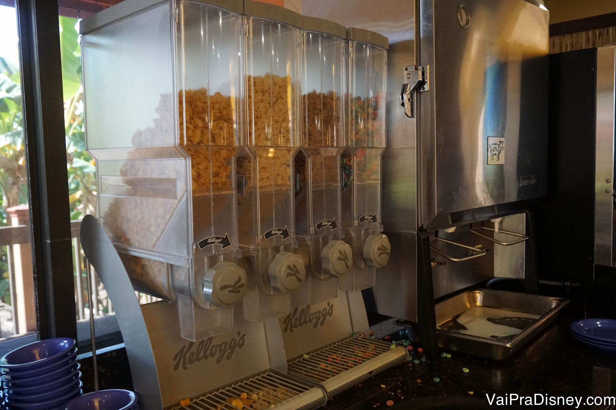 Potes de cereais, com 4 tipos diferentes disponíveis no café da manhã.