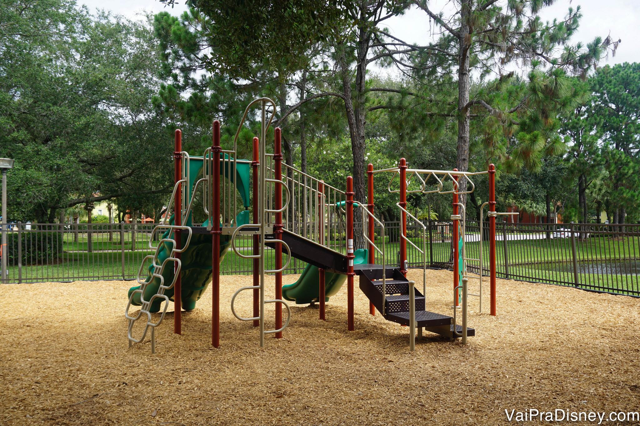 Playground infantil na área externa, com trepa-trepa e escorregador.