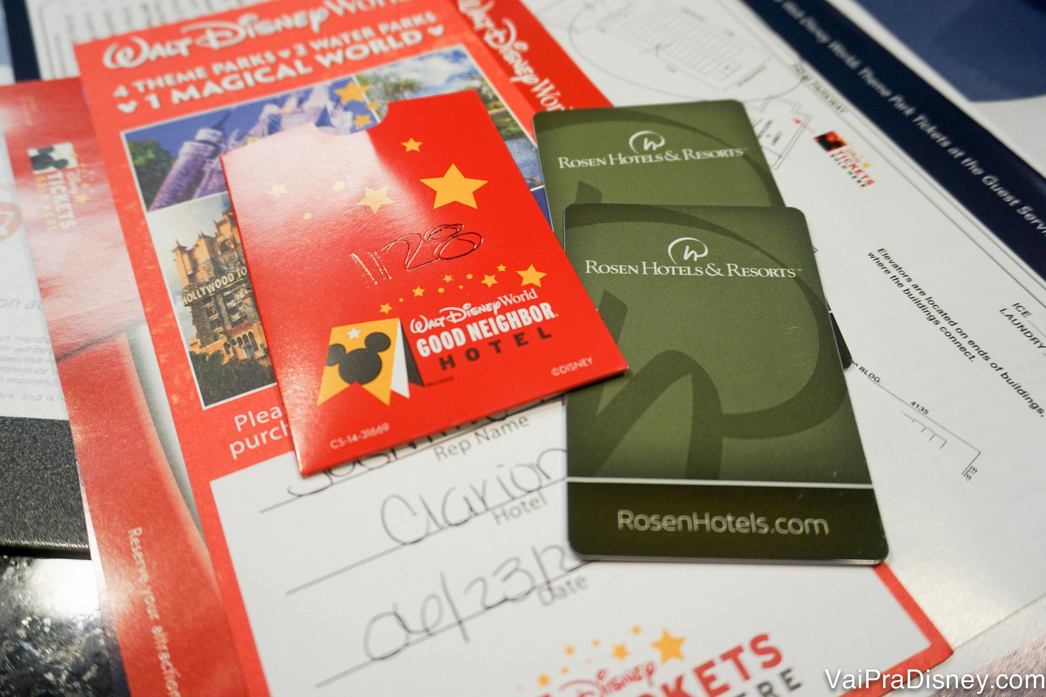 Cartões que servem como chave do quarto do Rosen Inn Lake Buena Vista, com selo de reconhecimento de hotel boa vizinhança da Disney.