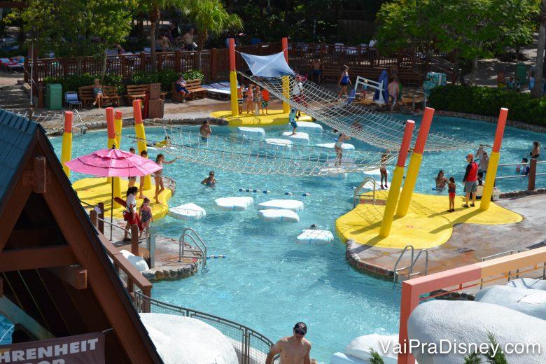 As crianças amam os parques aquáticos também. Quem não ama, né?