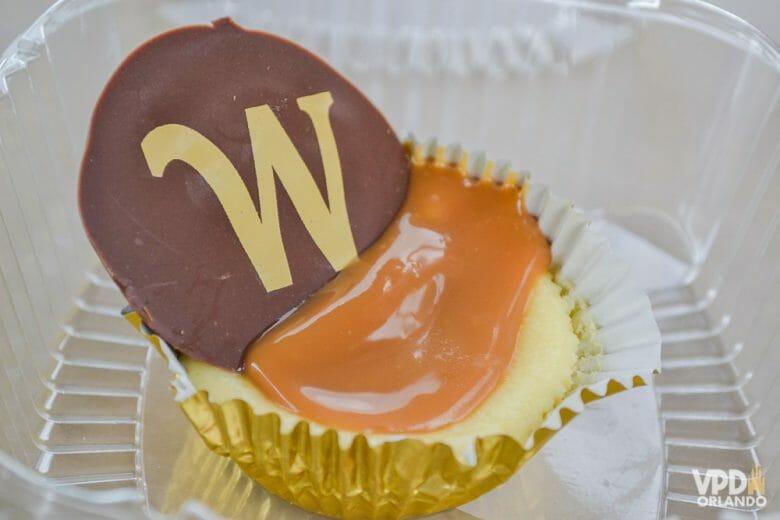 Cheesecake com caramelo: uma das maravilhas da loja de doces alemã. Foto de um mini cheesecake com cobertura de caramelo e um pedaço de chocolate, do pavilhão da Alemanha no Epcot