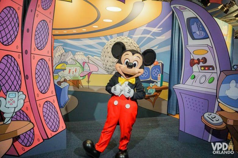 Encontro com o Mickey de roupinha clássica fica no pavilhão Imagination. Foto do Mickey posando para fotos com visitantes, com sua roupa clássica.