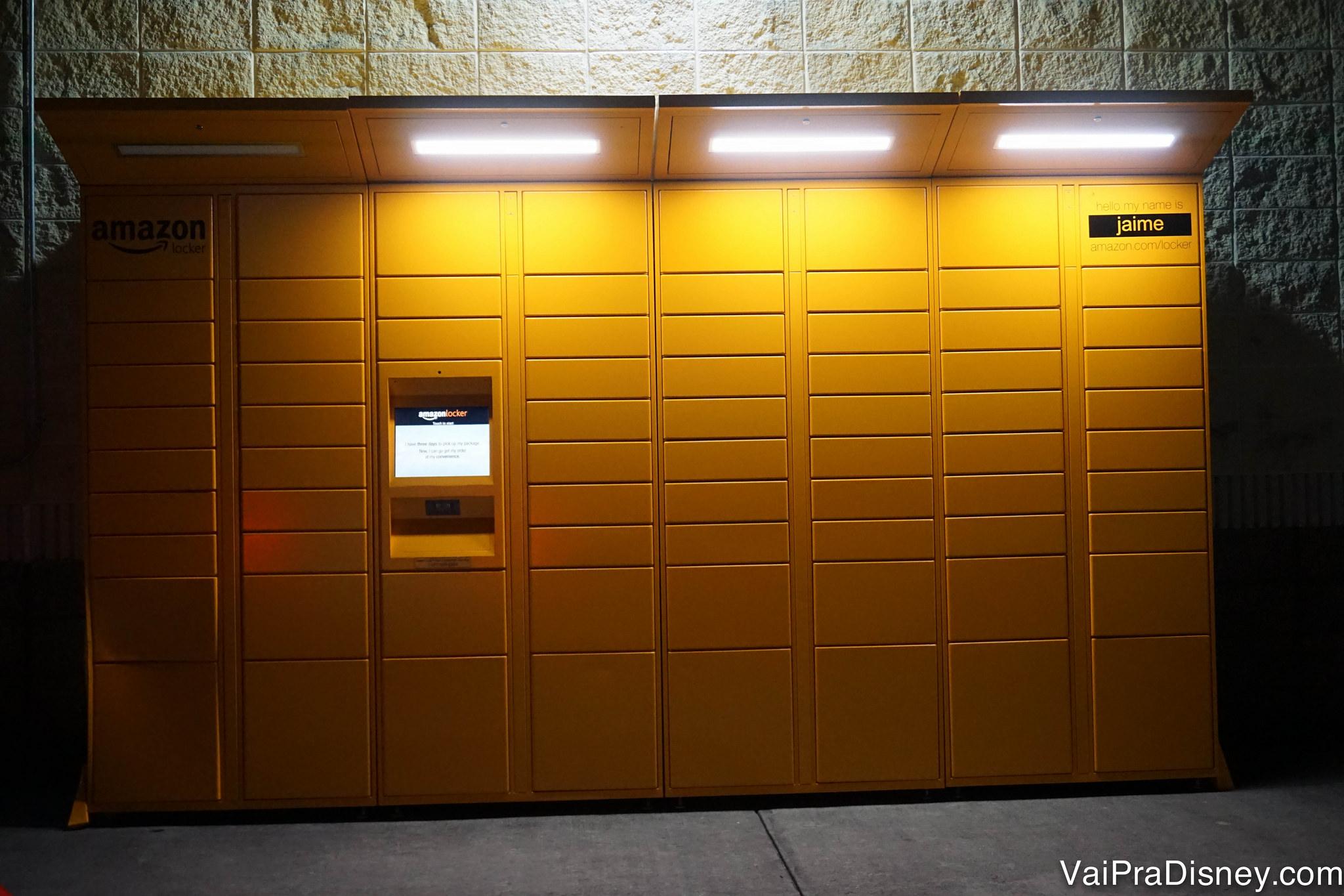 A Amazon tem armários espalhados pelos EUA pra você mesmo ir buscar suas compras e evitar pagar taxas de recebimento em hotéis.