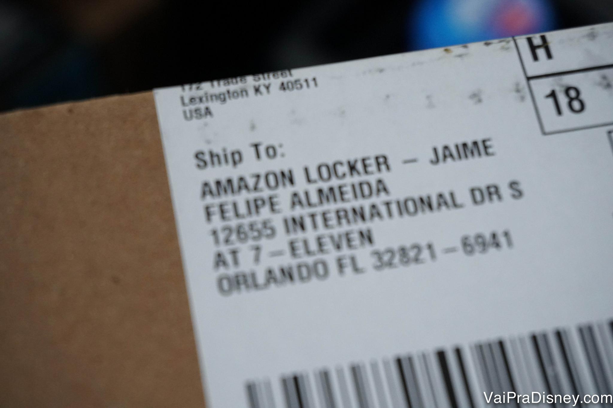 O endereço de entrega do pacote será o Amazon Locker que você selecionar. Foto da etiqueta indicando que o produto será enviado para o Amazon Locker em nome do Felipe, com o endereço do locker embaixo.