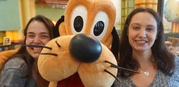 Aqui você pode encontrar o Mickey e vários amigos, mas nenhum personagem é presença garantida. A gente encontrou o Pluto e o Pateta.