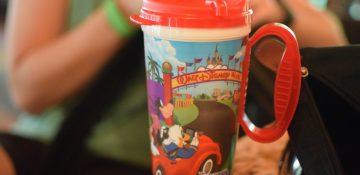 Foto da caneca refil da Disney, que tem detalhes vermelhos na tampa e na asa.