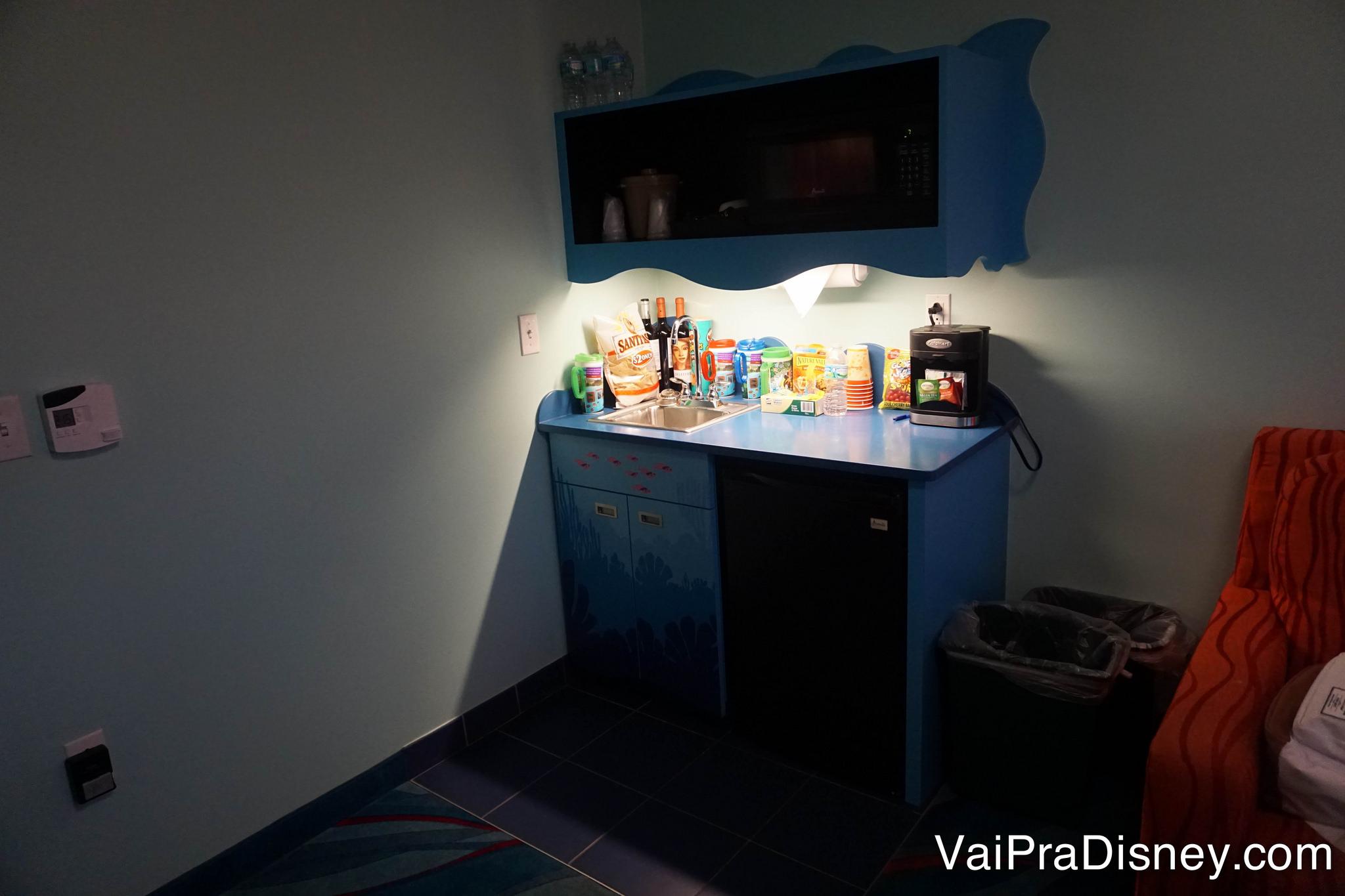 Foto das canecas na bancada da cozinha no quarto do Art of Animation.