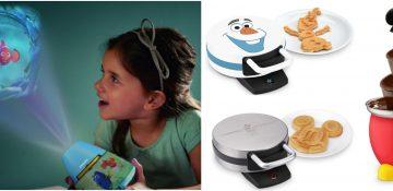 Foto do site da Amazon mostrando lembranças com tema da Disney, como um projetor de Procurando Nemo e máquinas de waffles do Mickey