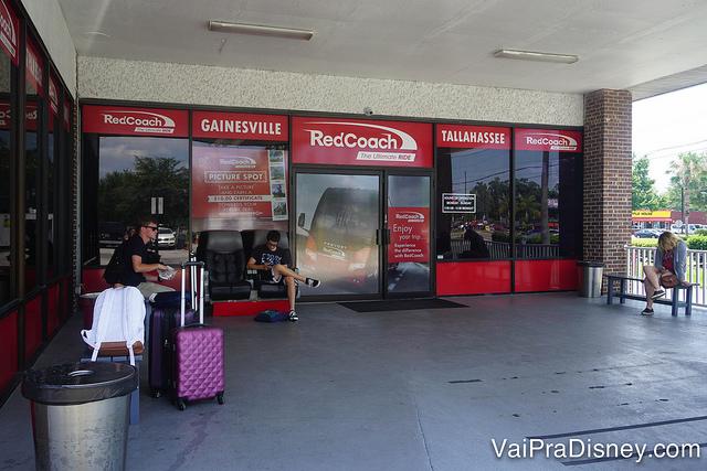 Estação da RedCoach em Orlando. Wi-Fi de graça enquanto esperávamos o ônibus
