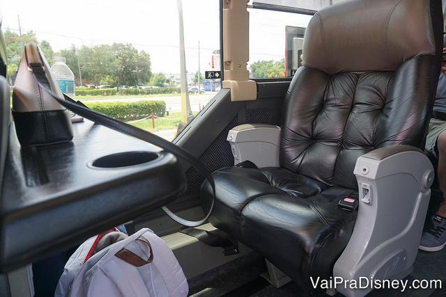Fileira com 1 assento dentro do ônibus até Miami, com um banco de couro bem confortável