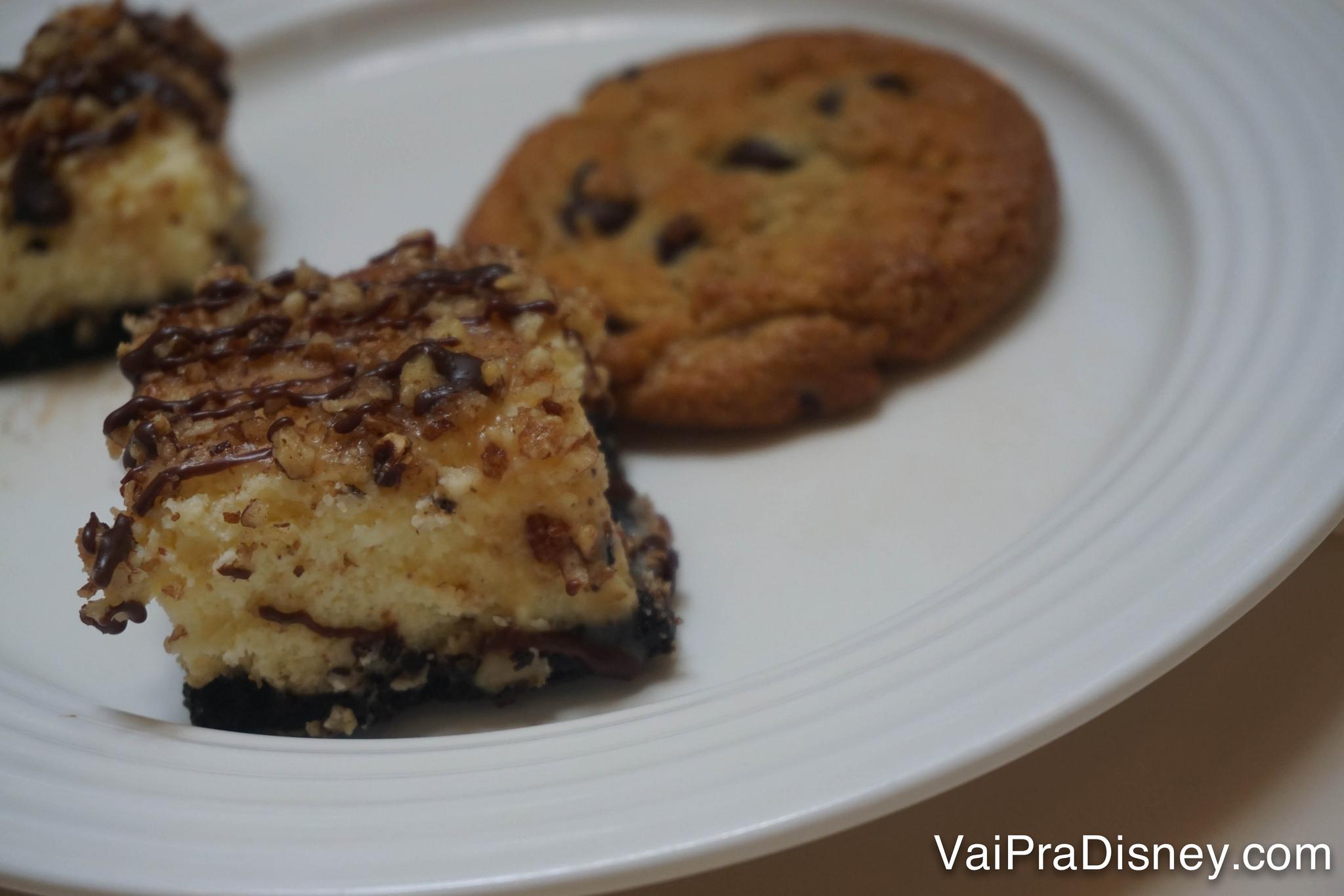 Foto de um bolinho e um cookie de sobremesa no almoço do Crystal Palace