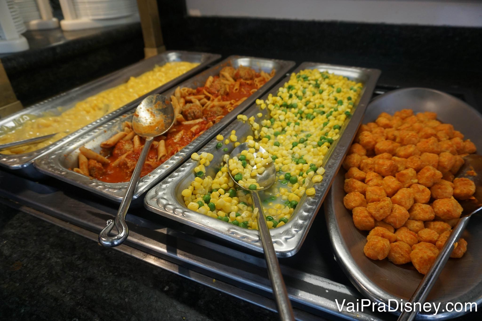 Foto das comidas no buffet do almoço