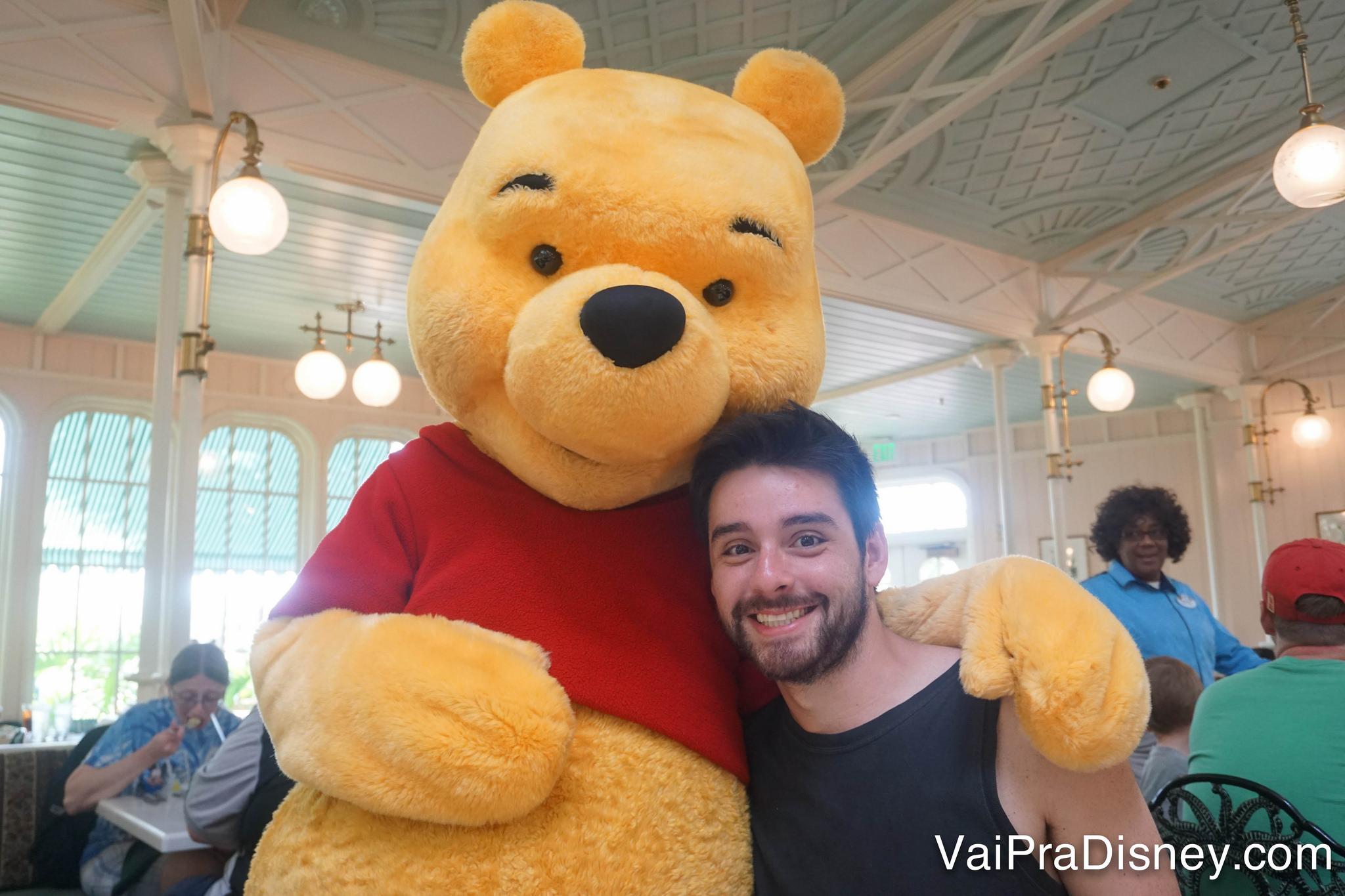 Foto do Felipe abraçado ao Ursinho Pooh no Crystal Palace