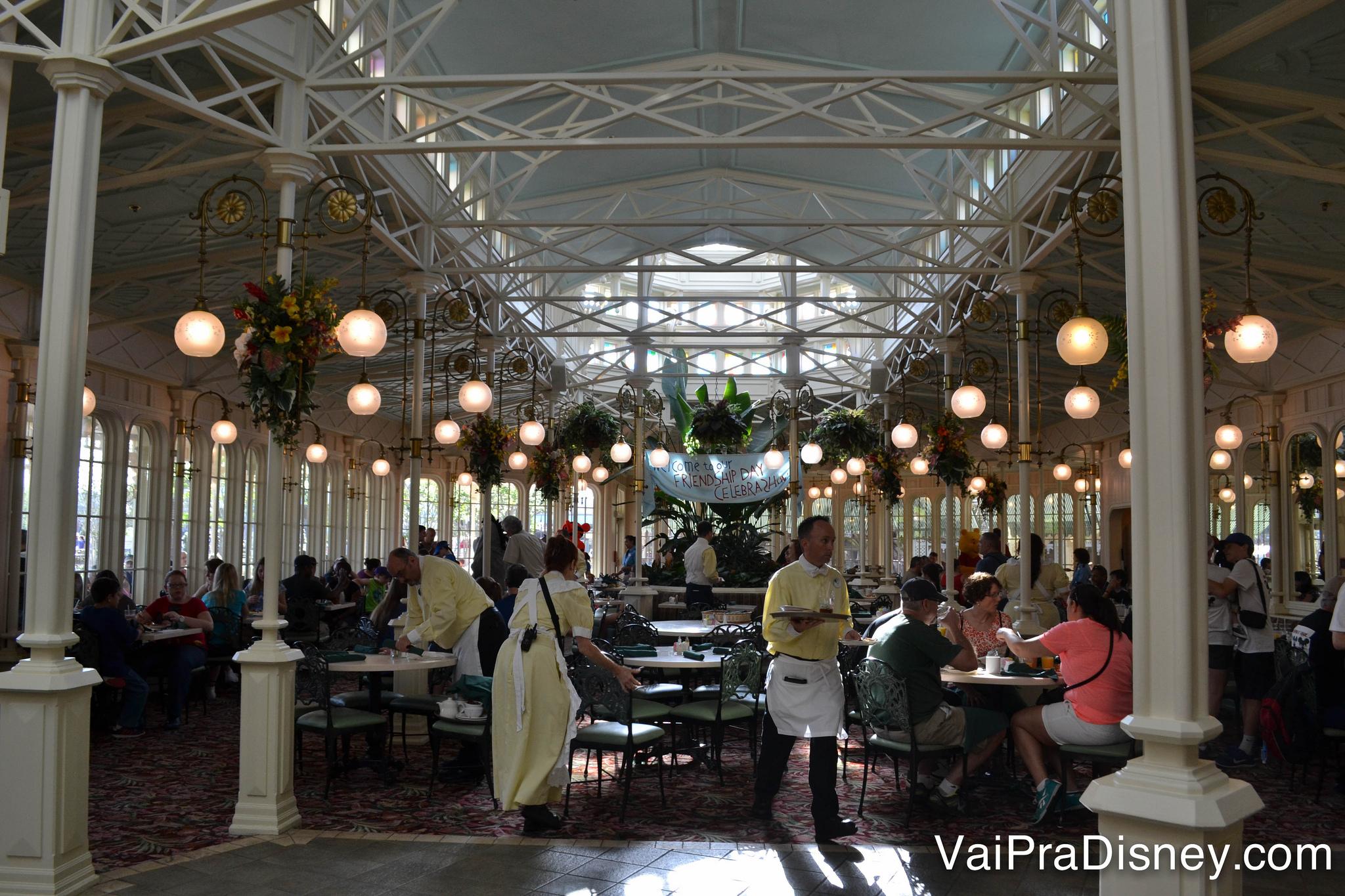 Foto do Crystal Palace por dentro, espaçoso e com muitas luminárias penduradas do teto.