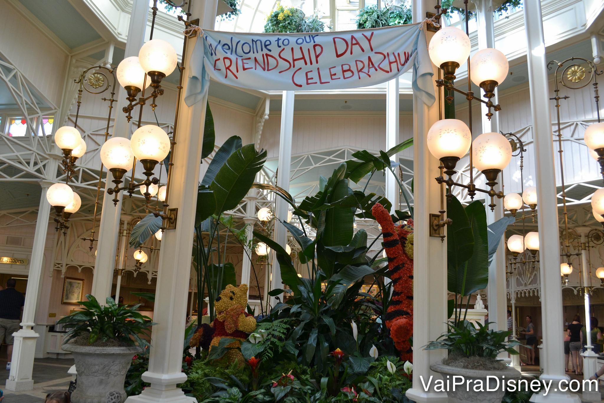 """Foto da parte das plantas do Crystal Palace, com uma faixa que diz """"Welcome to our friendship day Celebrashun"""""""