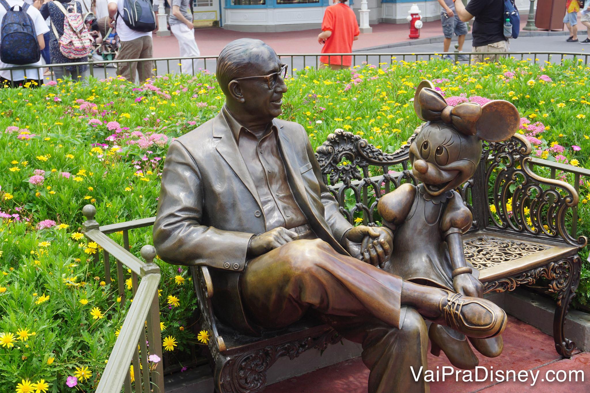 Não vou estragar o tour pra ninguém, mas é bem legal a história por trás dessas estátuas. Obs: para quem não sabe, esse é o Roy Disney!