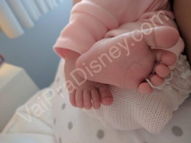 O melhor fato de 2016 pra gente: a Julia! Olha o pézico de quando a ela nasceu! Hoje é o pé mais gordinho, mais pãozinho do mundo que não cabe quase que em sapato nenhum!