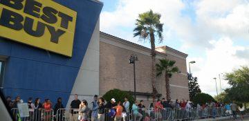 Um pedacinho da fila da Black Friday na Best Buy, já crescendo na quinta a tarde.