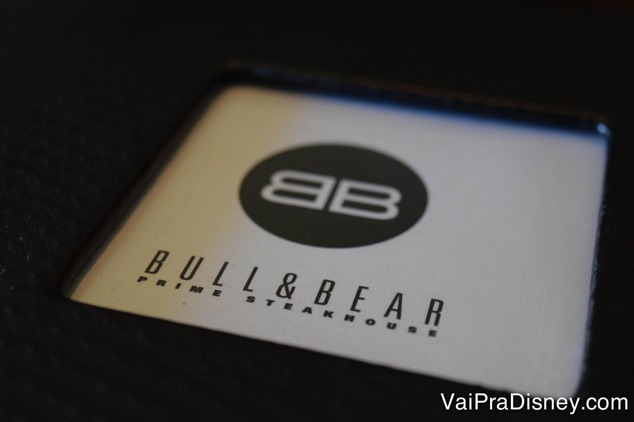 Capa do cardápio com dois Bs espelhados, na steakhouse Bull & Bear no Waldorf Astoria Orlando