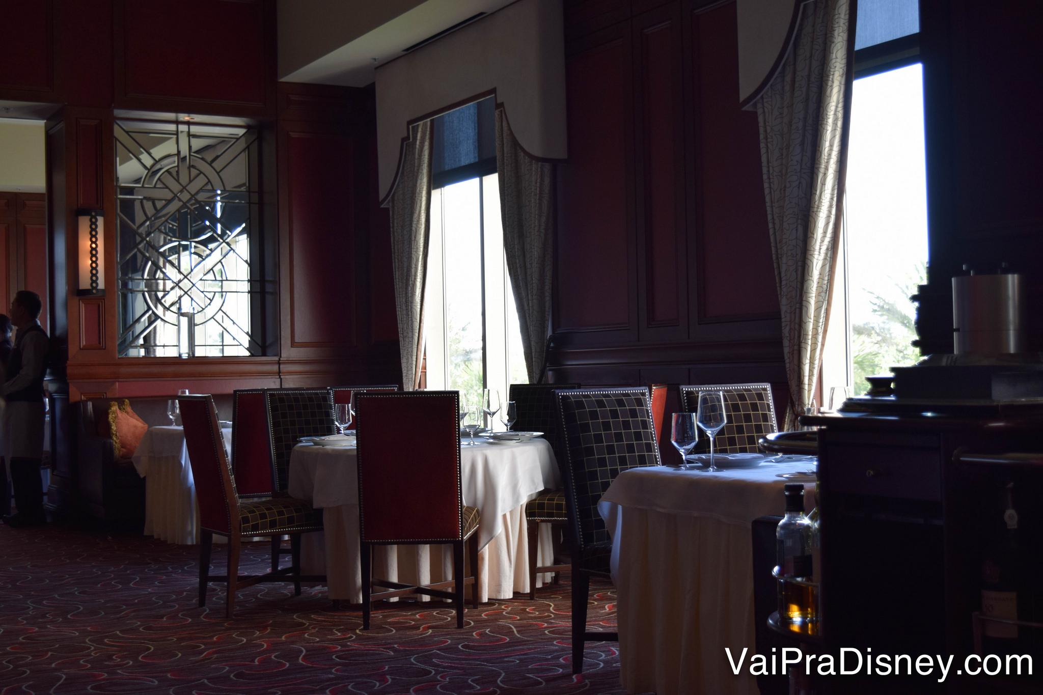 O ambiente elegante do restaurante, com cadeiras confortáveis e cortinas amplas