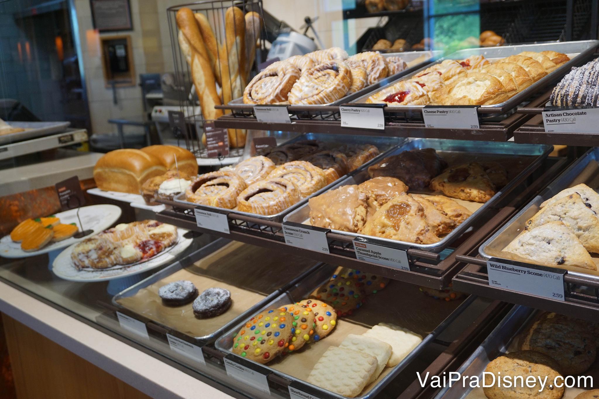 Algumas das delícias da Panera Bread. Olha a baguete de pão francês lá trás.