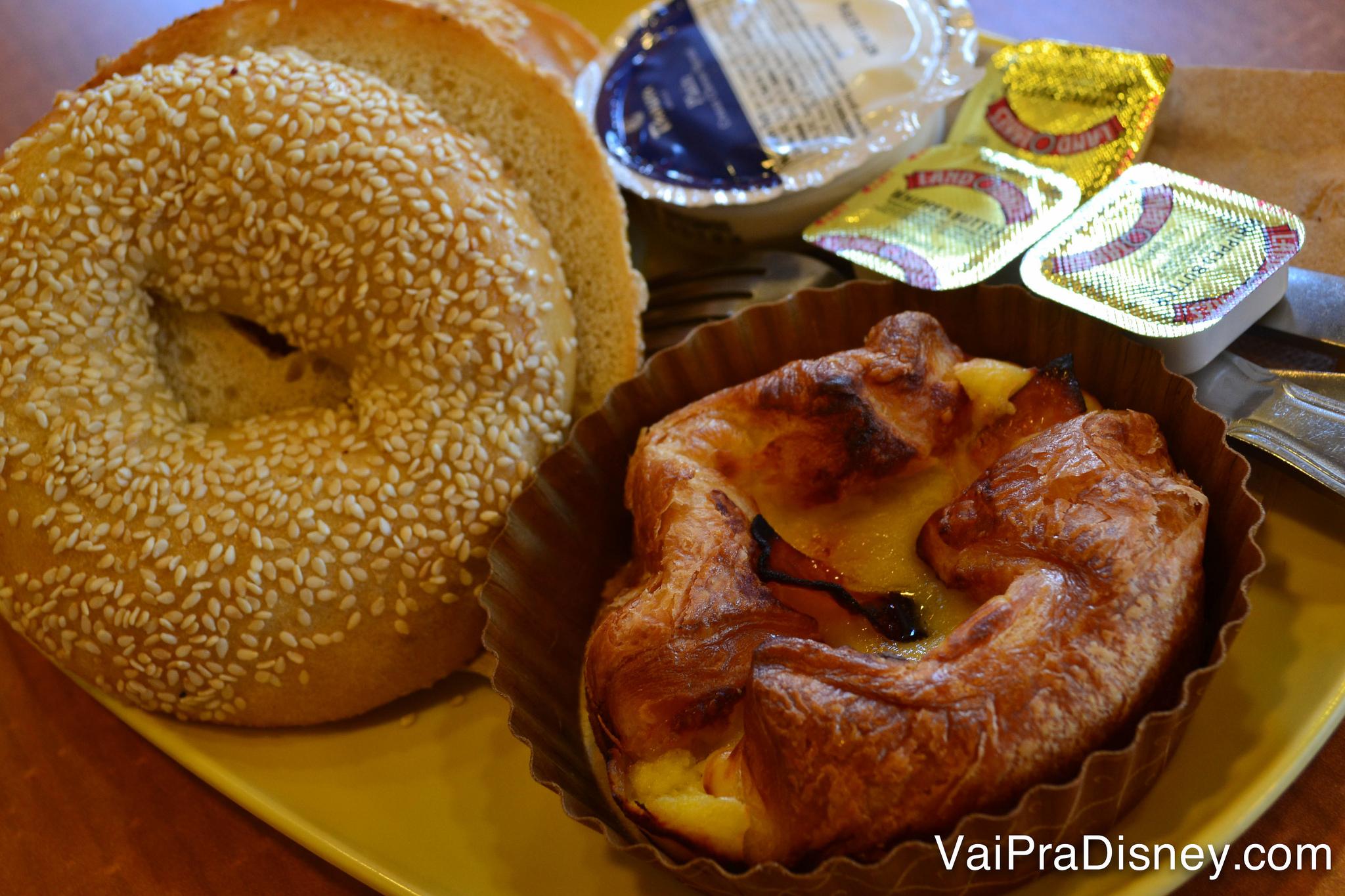 Bagel e baked soufflé do café da manhã.