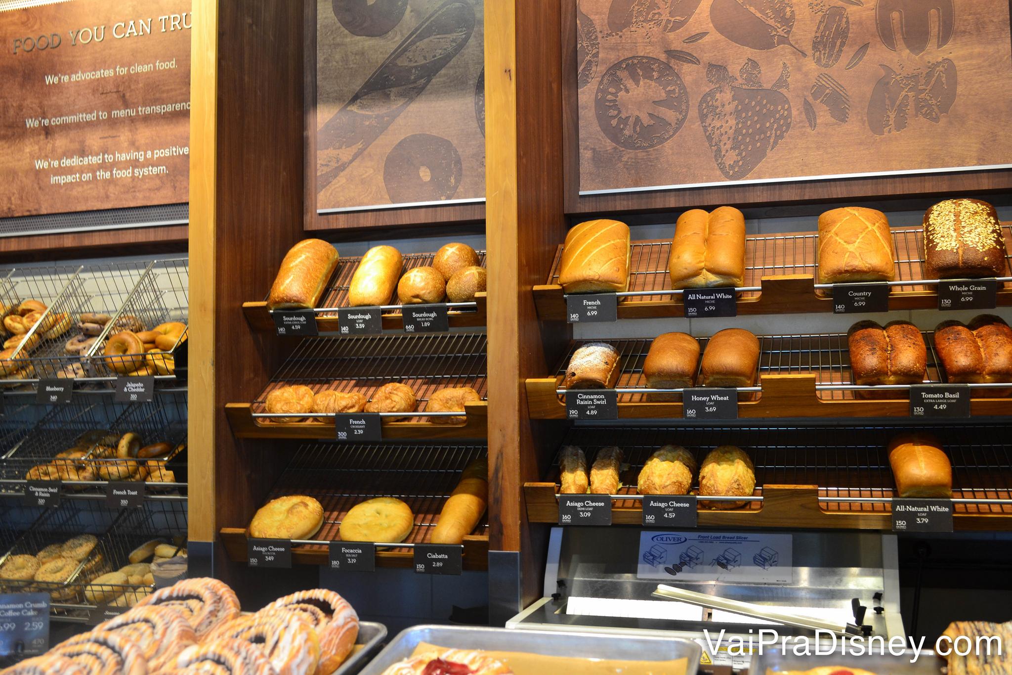 Alguns dos muitos pães da Panera Bread.