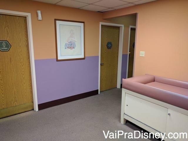 Um pedacinho da sala de trocadores de um dos Baby Care Centers.