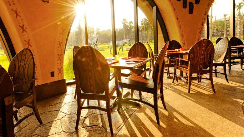 Foto do salão que tem vista para a savana, com janelas amplas, no Sanaa