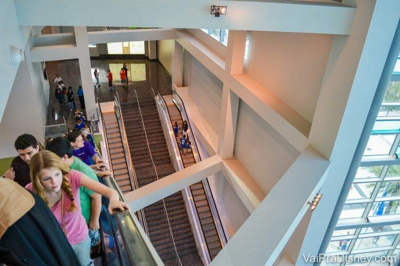 Escadas rolantes que nos leva até o mezanino superior. O lugar é alto mesmo