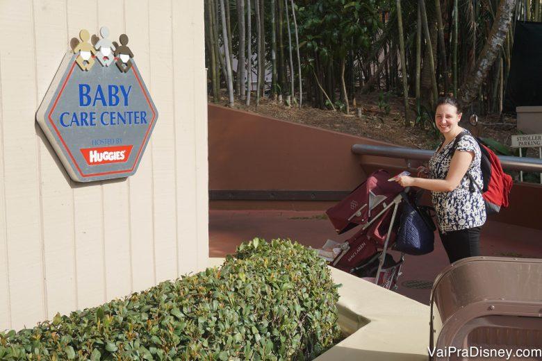 Foto da Renata com o carrinho de bebê em frente ao Baby Care Center
