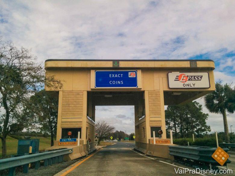 Foto de uma estação de cobrança de pedágio na rodovia em Orlando, com diversas placas.