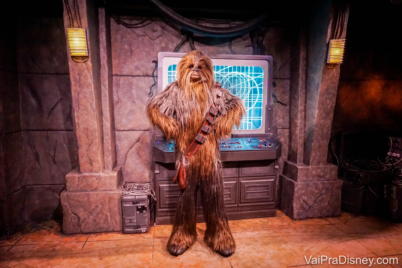 Chewbacca fica andando pela Star Wars: Galaxy's Edge, e posando pra fotos no Launch Bay