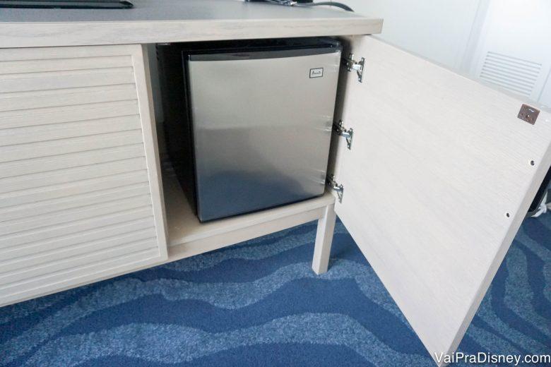 Foto do frigobar que fica dentro do armário, escondido
