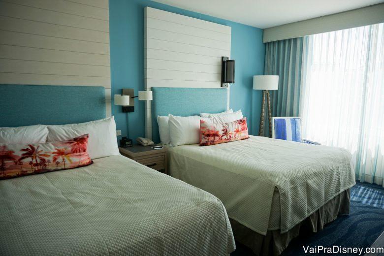Foto do quarto do Loews Sapphire Falls Resort, com paredes azuis, carpete azul e duas camas queen