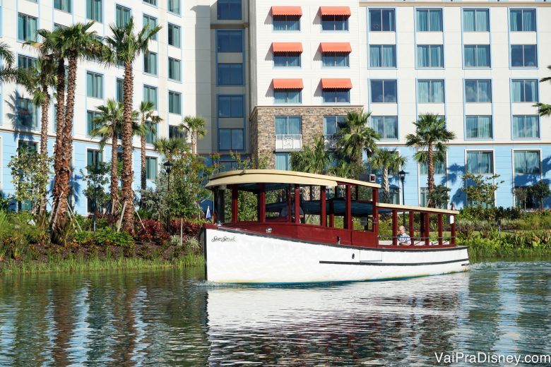 Foto do taxi aquático do hotel, pintado de vinho e branco, que leva os hóspedes até os parques da Universal.