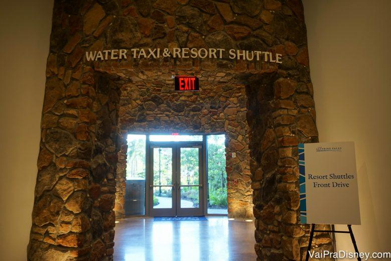 Local onde os hóspedes pegam o ônibus ou táxi aquático para ir aos parques da Universal do hotel