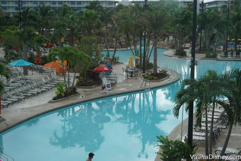 A piscina do Sapphire Falls, com palmeiras e guarda-sóis em volta