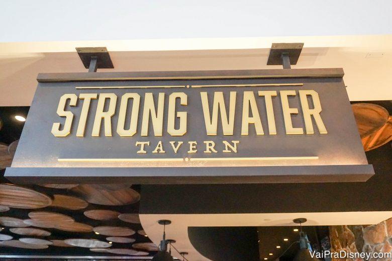 Placa da Strong Water Tavern, uma das opções de alimentação do hotel.